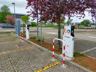 postazioni ricarica auto elettriche nel parcheggio di via Calestano