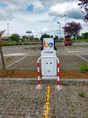 dettaglio postazione ricarica auto elettriche nel parcheggio di via Calestano